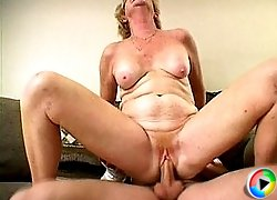 Juicy old slut getting muffed